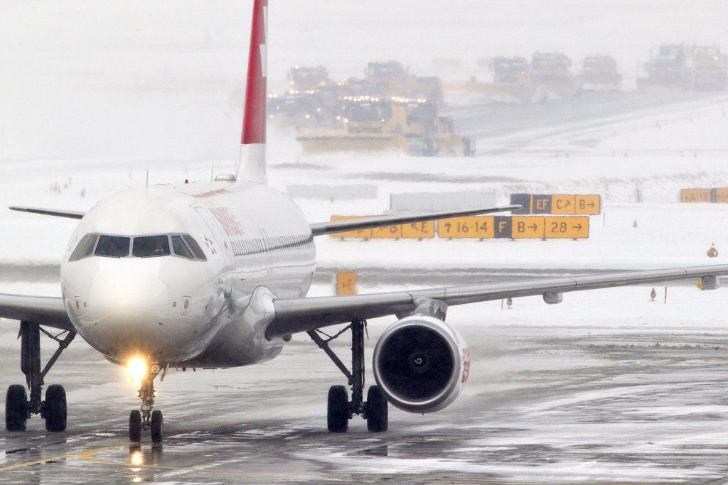Flughafen wegen Schnee vorübergehend geschlossen - Bahn mit Problemen