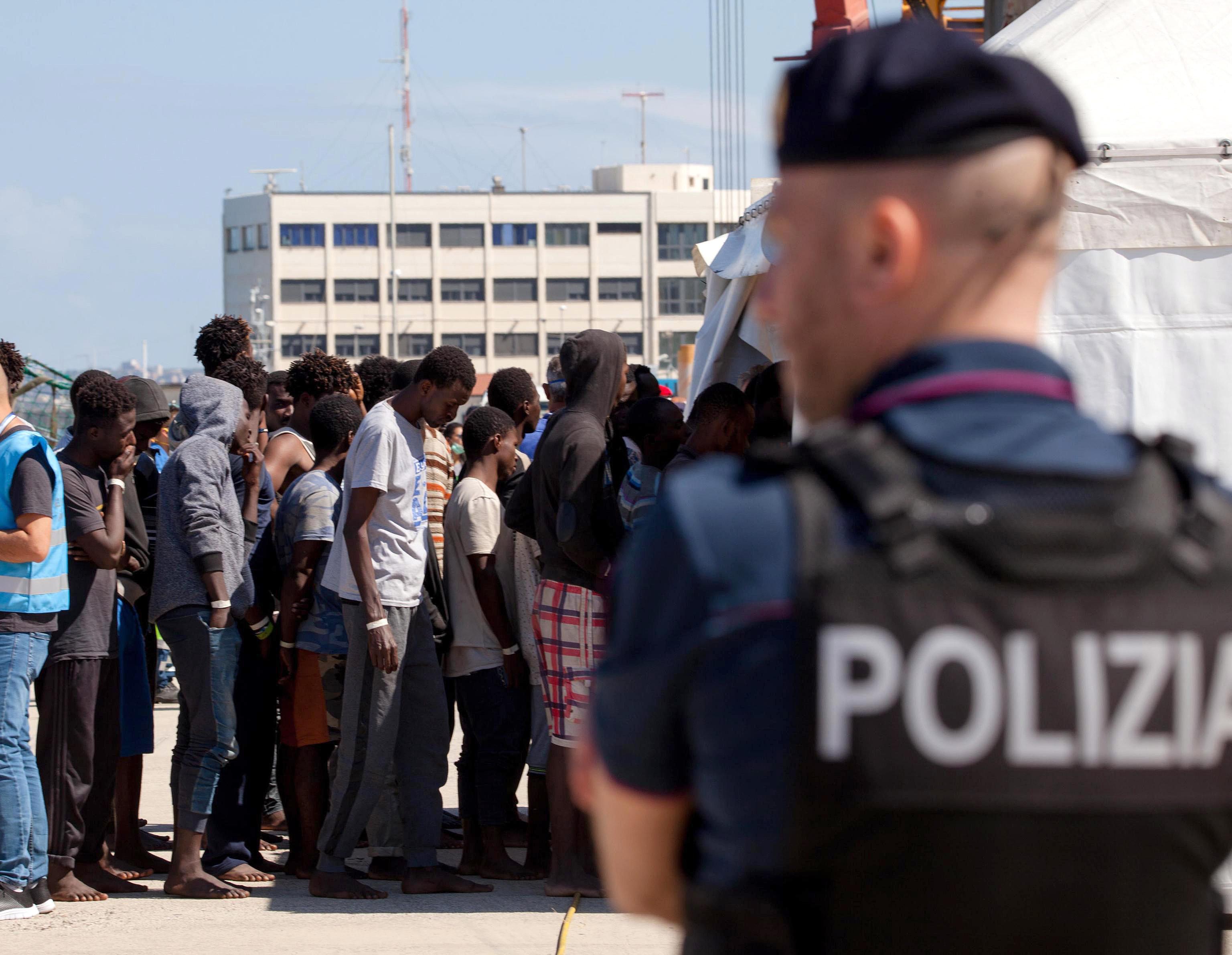 Streit um Flüchtlingsboot: Spanien nimmt Migranten auf